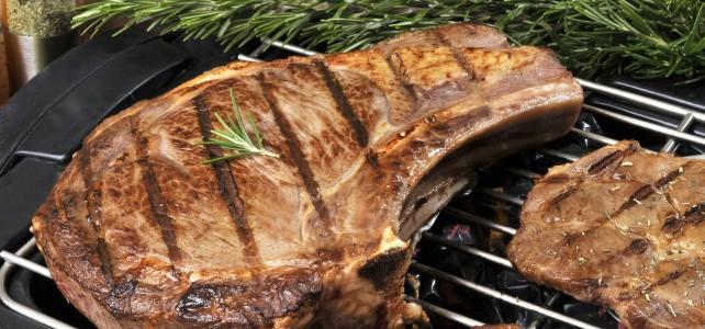 Cuisson d'une côte de boeuf sur une grille pour barbecue