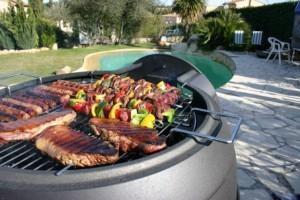 Cuisiner sur la terrasse, près de la piscine